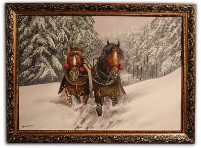 Бегущие лошади  в заснеженном лесу